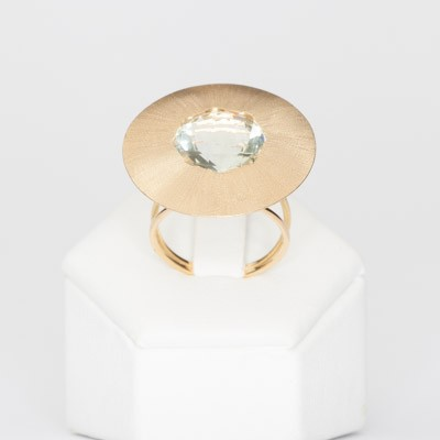 Ring in matte gold with green amethyst
